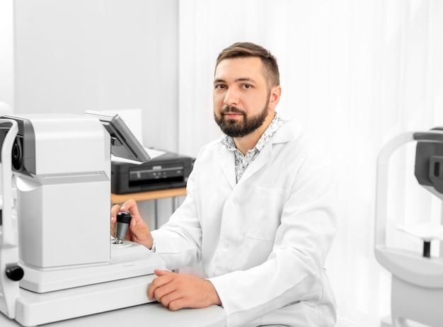Médico trabalhando com equipamento oftalmológico em uma clínica