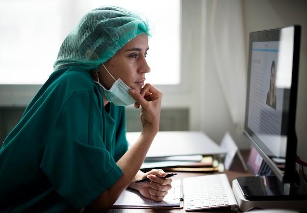 Médico trabalhando em um hospital