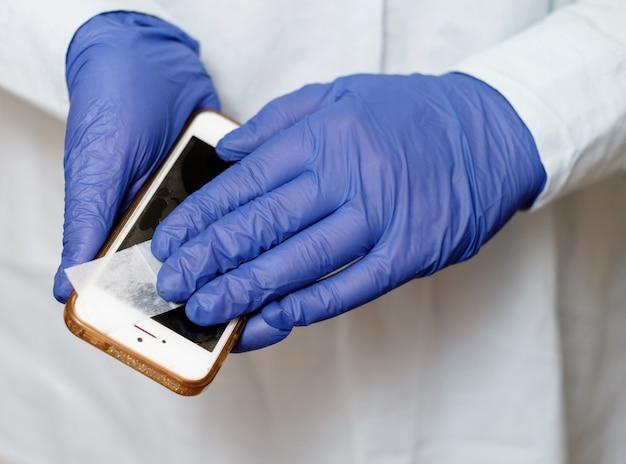 Médico trata telefone com tratamento anti-séptico e antiviral
