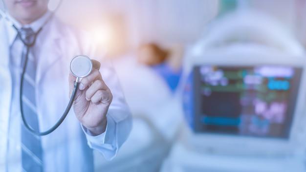 Médico usa estetoscópio para verificação de doenças coronavírus ou sala de cirurgia do hospital covid19