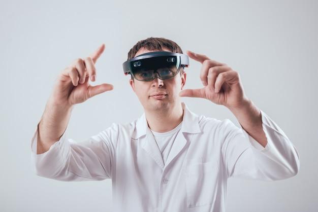 Médico usa óculos de realidade aumentada.