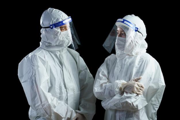Médico usando epi e protetor facial procurando relatório laboratorial do vírus corona / covid-19.