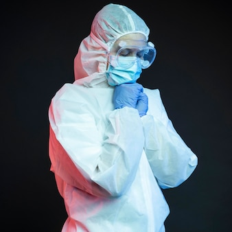 Médico usando equipamento médico de proteção