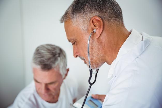 Médico usando estetoscópio