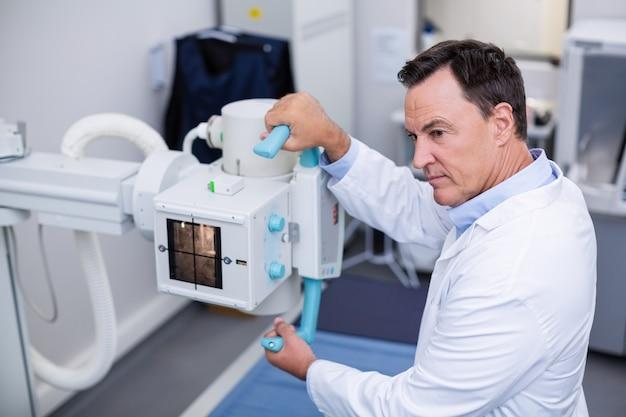 Médico usando máquina de raio-x