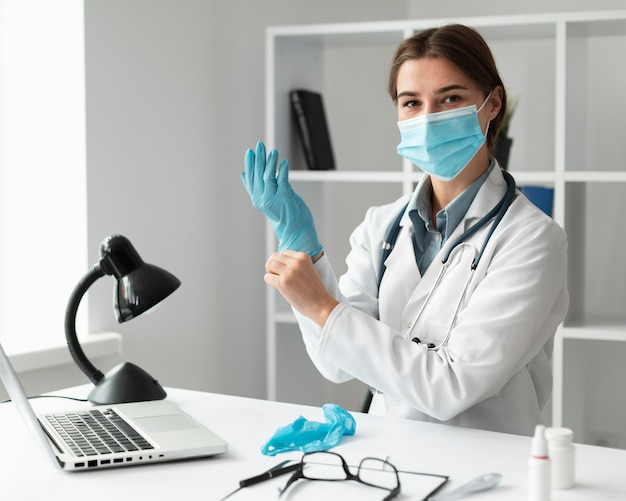 Médico usando máscara facial na clínica