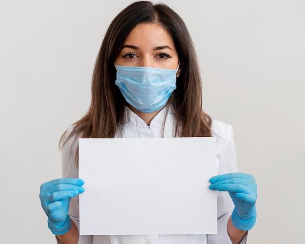 Médico usando máscara facial