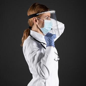 Médico usando máscara médica