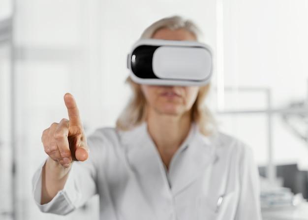 Médico usando óculos de realidade virtual