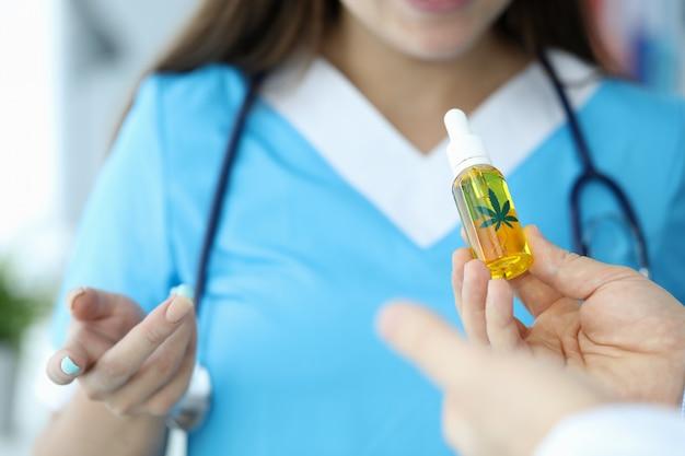 Médico usando produto de cannabis medicinal