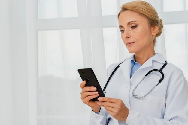 Médico usando telefone celular