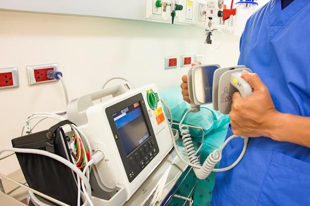 Médico usar ecg ou ecg e testar sistema de desfibrilador