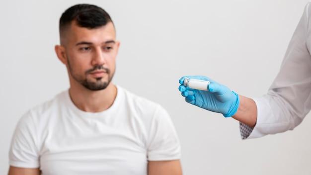 Médico vacinando paciente