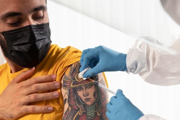 Médico vacinando um paciente em um centro
