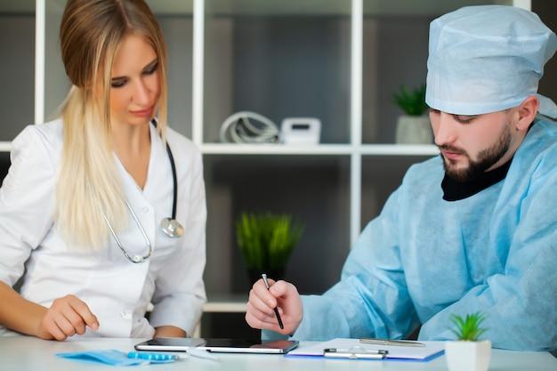 Médico verifica a saúde do paciente na clínica.