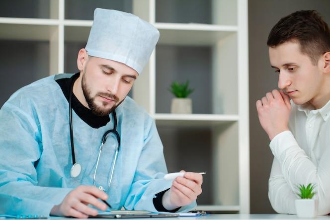 Médico verifica a saúde do paciente na clínica