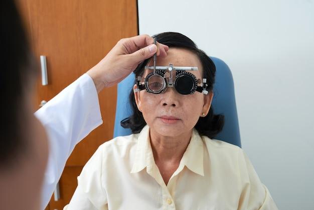Médico verificando a visão do paciente