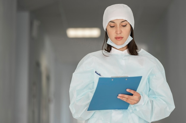 Médico verificando formulário médico no hospital