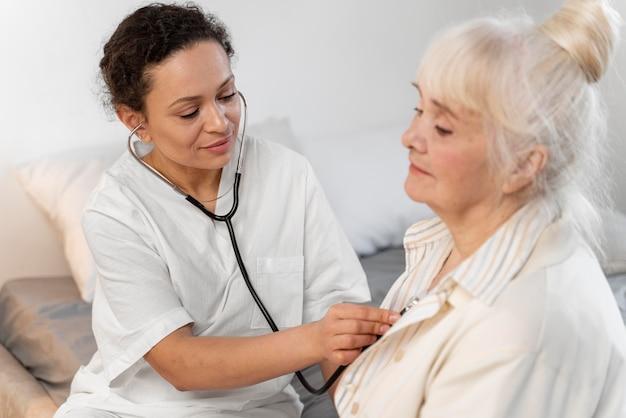 Médico verificando o coração de um paciente