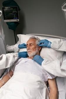 Médico verificando os problemas respiratórios de um paciente