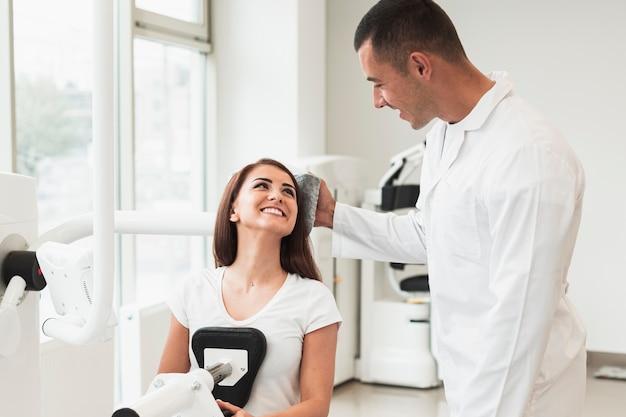 Médico, verificar a condição do paciente mulher