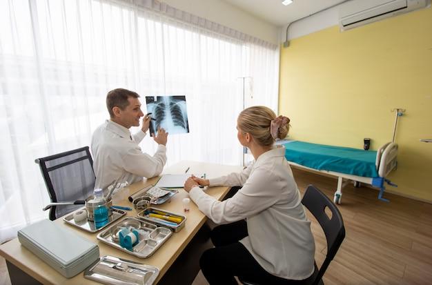 Médico verificar vírus corona no filme de raio-x do paciente na sala de emergência do hospital