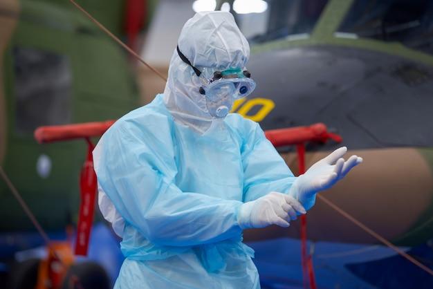Médico vestindo terno e bosque de epi, vírus corona, conceito de surto de vírus covid-19.