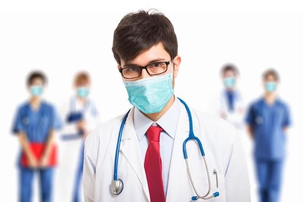 Médico vestindo uma máscara