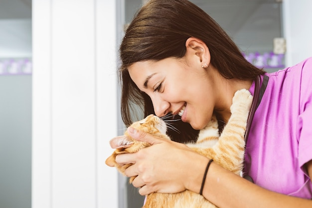 Médico veterinário abraçando um gatinho. conceito veterinário.