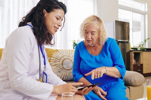 Médico visitando paciente sênior