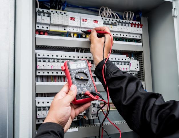 Medições elétricas com multímetro