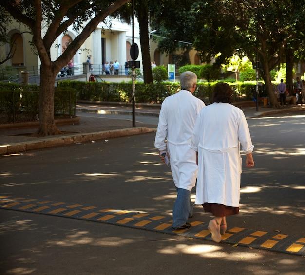 Médicos andando
