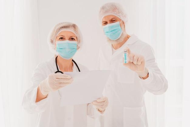 Médicos com máscara facial estão prontos para trabalhar com a vacina contra o vírus cobiçado