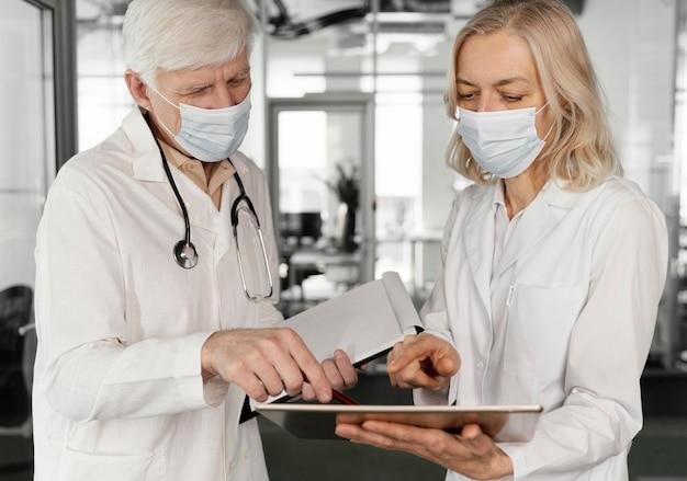 Médicos com máscaras médicas conversando