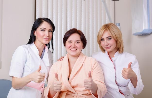 Médicos com um paciente feliz mostram como