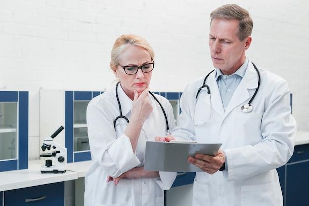Médicos com um relatório médico