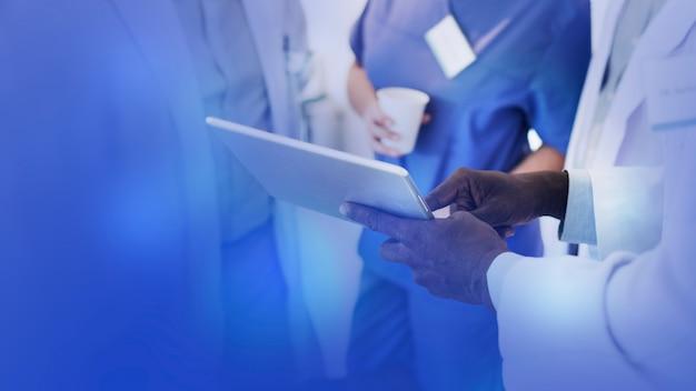 Médicos com um tablet