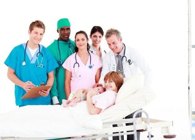 Médicos com uma mãe e seu bebê recém nascido
