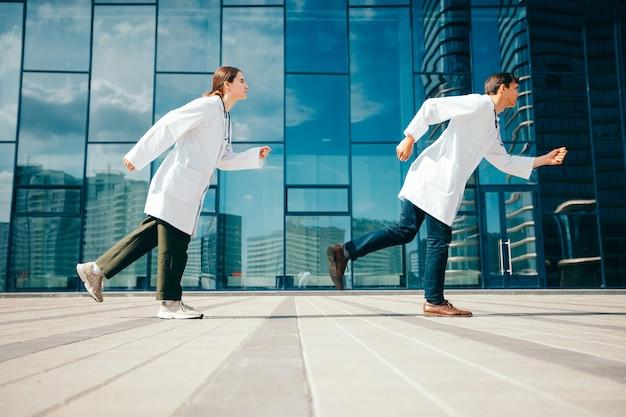 Médicos confiantes de nova geração agindo em socorro