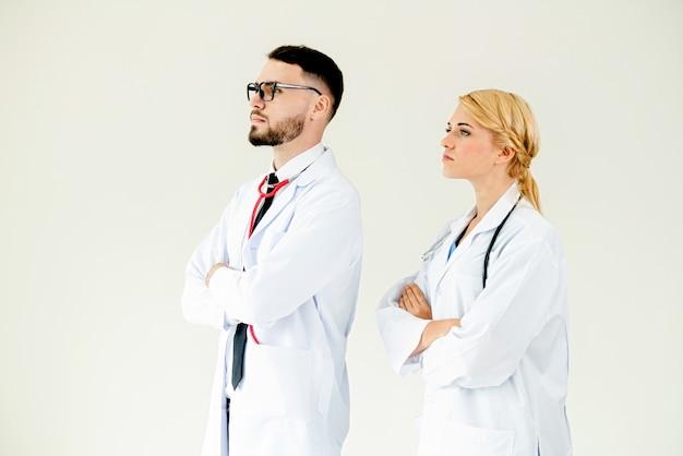 Médicos confiantes em pé com os braços cruzados.