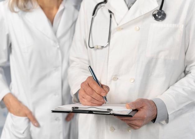 Médicos conversando e verificando anotações