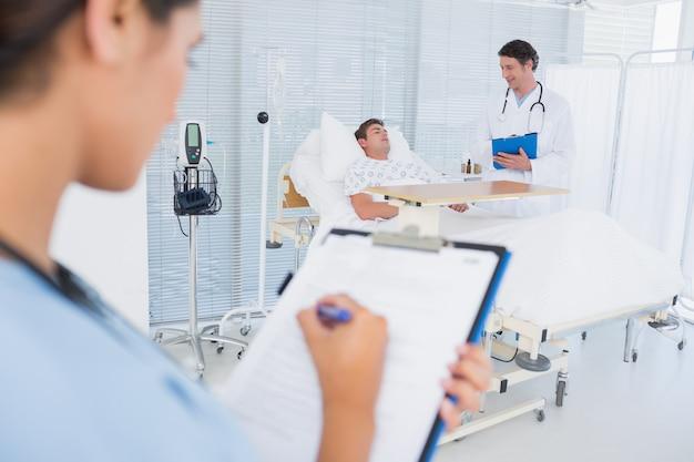 Médicos cuidando do paciente