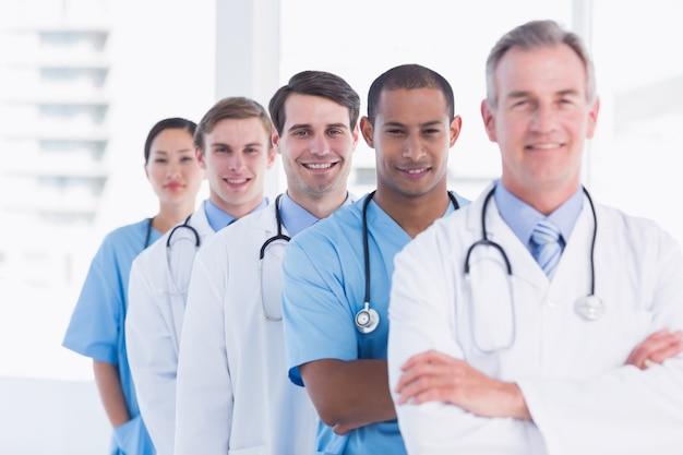 Médicos de pé em uma fila no hospital