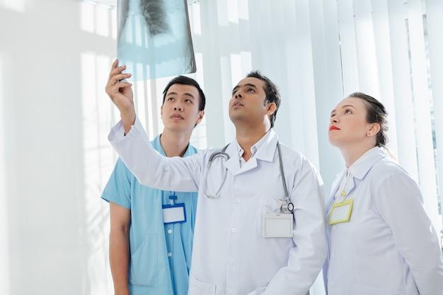 Médicos diagnosticando caso de coronavírus