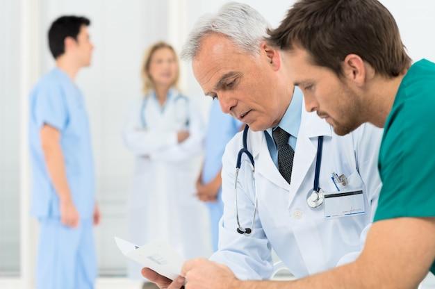 Médicos discutindo na reunião