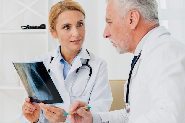 Médicos discutindo raios-x
