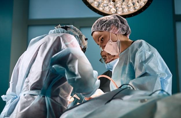 Médicos durante o close-up da operação