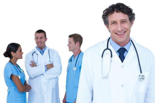 Médicos, e, enfermeiras, com, braços cruzaram, discutir, ligado, um, fundo branco
