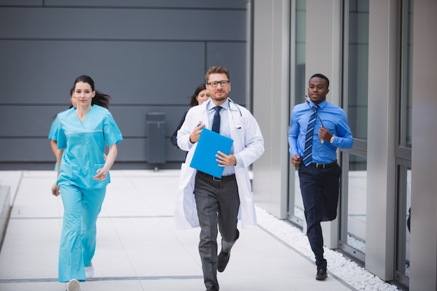 Médicos e enfermeiras correndo para a emergência