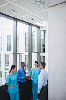 Médicos e enfermeiras interagindo entre si